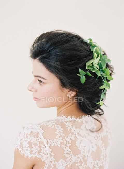 Женщина в свадебное платье lokking прочь — стоковое фото