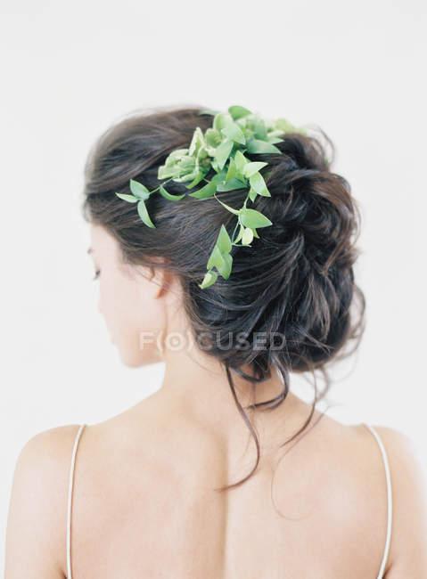 Mujer con peinado elegante - foto de stock