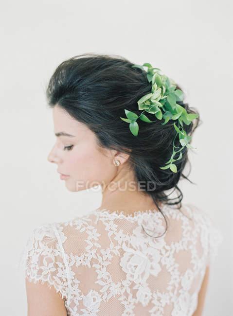 Frau im Brautkleid mit Haarschmuck — Stockfoto