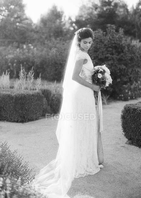 Frau im Brautkleid steht draußen — Stockfoto
