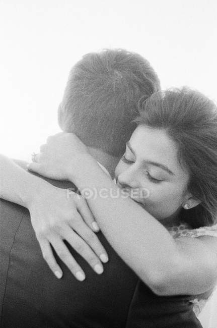 Женщина в свадебной вуали обнимает мужчину — стоковое фото