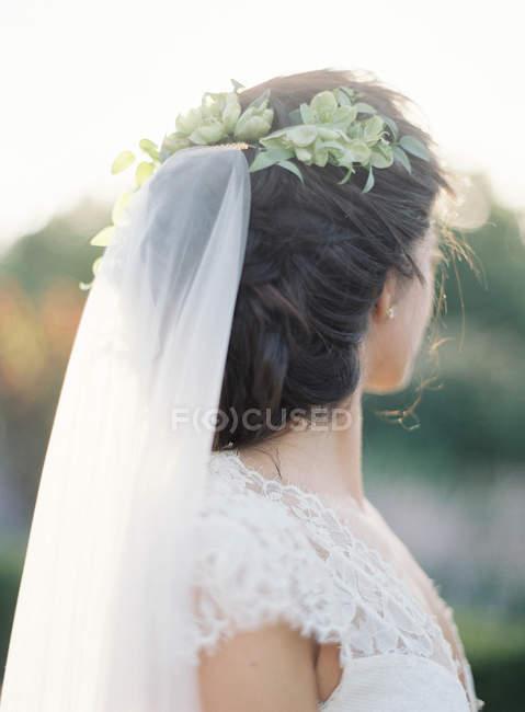 Молодий нареченою, стоячи на відкритому повітрі — стокове фото