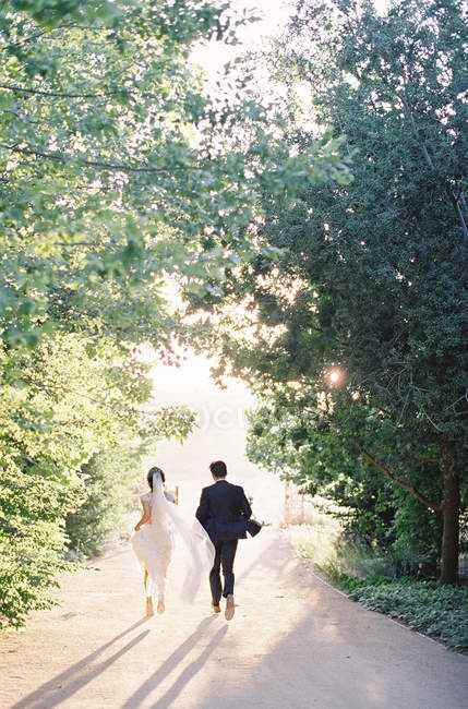 Couple walking down road — Stock Photo