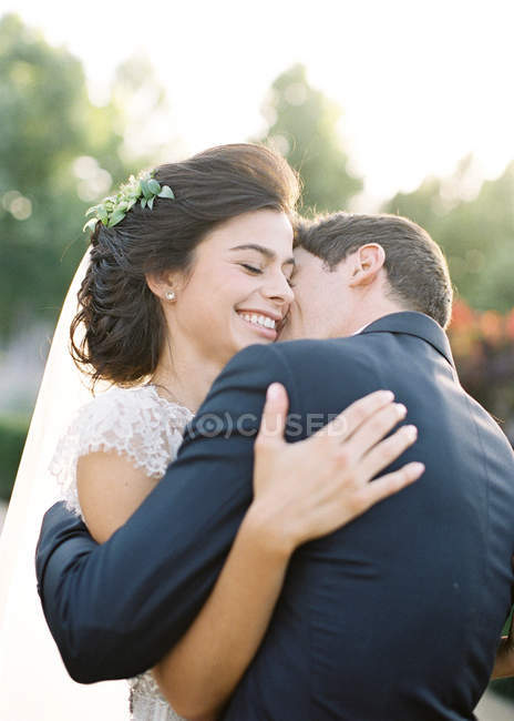 Newly wed couple hugging outdoors — Stock Photo