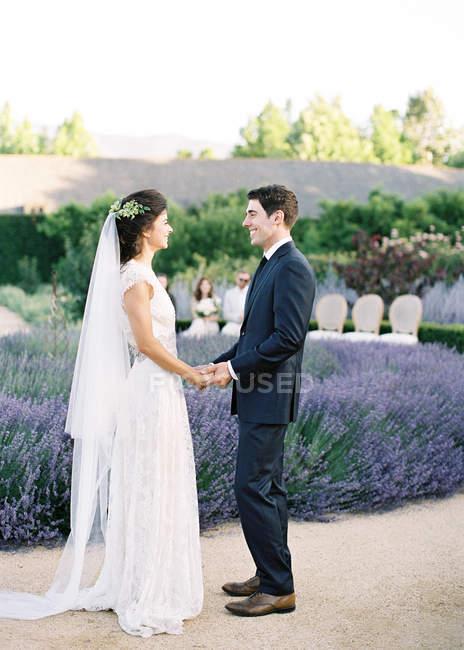 Marié mariée donnant vœux de mariage — Photo de stock