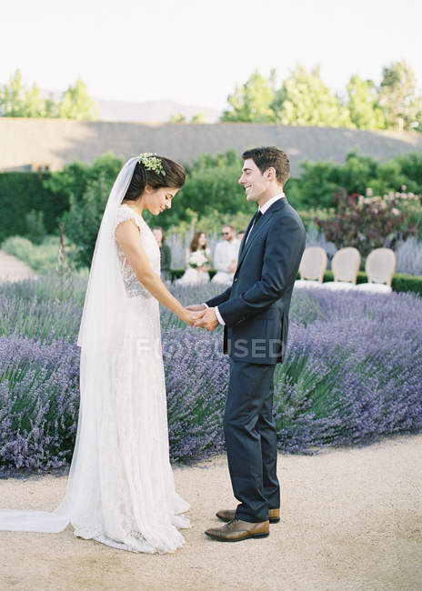 Mariée mariés donnant des vœux de mariage — Photo de stock