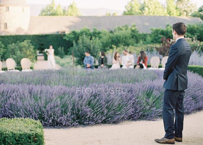 Marié en attente pour la mariée — Photo de stock
