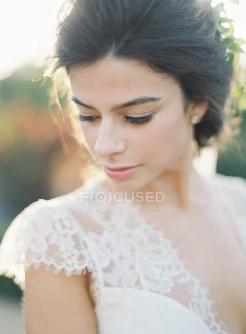 Невеста, постоянный открытый и ищет прочь — стоковое фото
