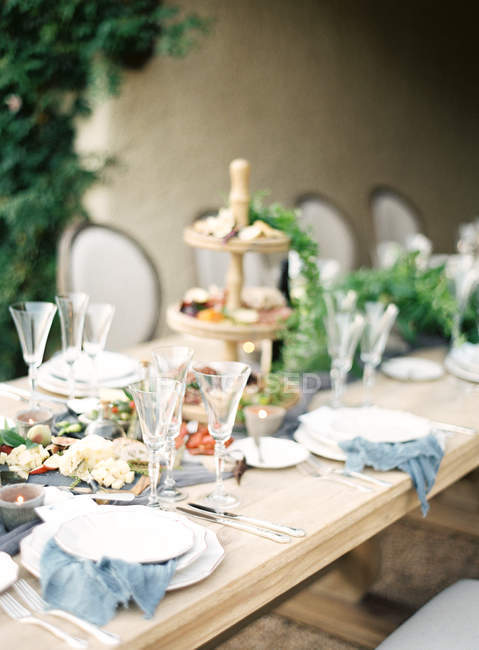 Setting table decorated with leaves — Stock Photo
