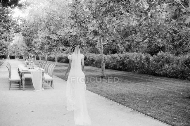 Bride walking to wedding table — Stock Photo