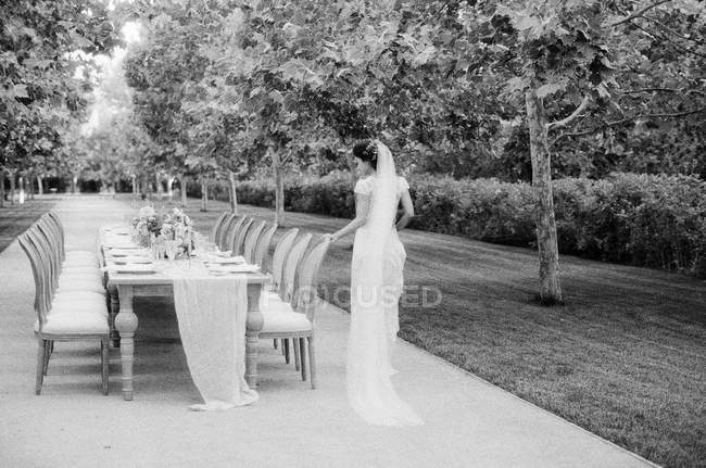 Suborno inspecionando mesa de casamento — Fotografia de Stock