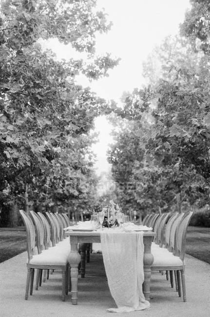 Свадебный стол со стульями — стоковое фото