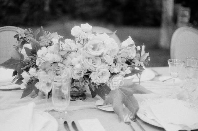 Buquê de flores na mesa de casamento — Fotografia de Stock
