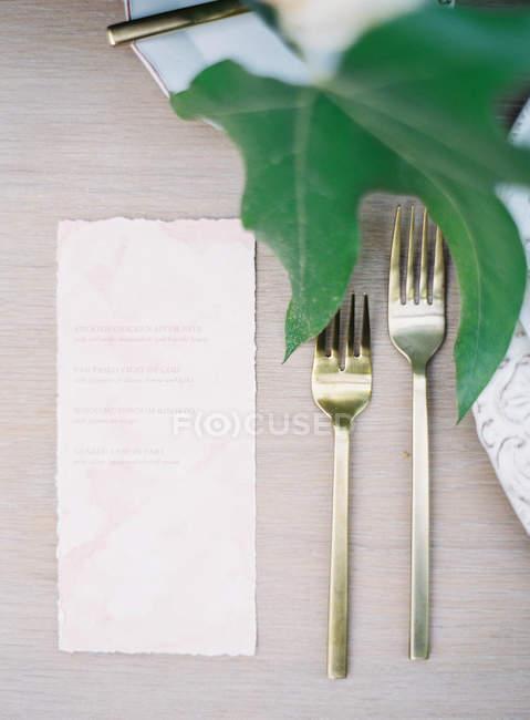 Tenedores con trozo de papel - foto de stock
