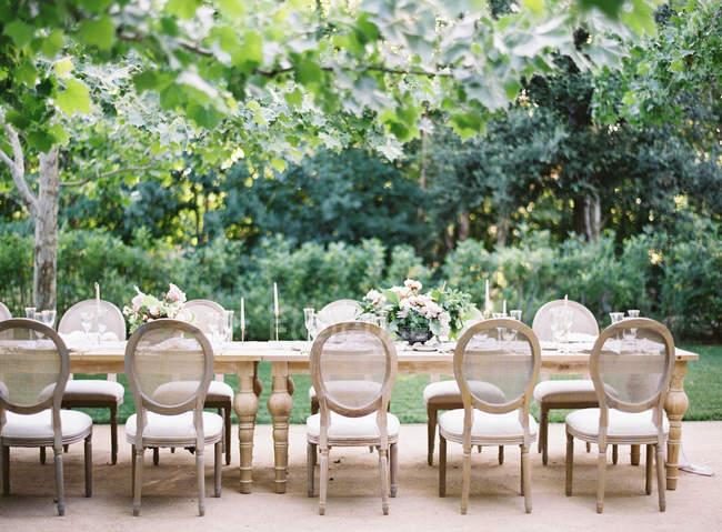 Tavolo da sposa con sedie all'aperto — Foto stock
