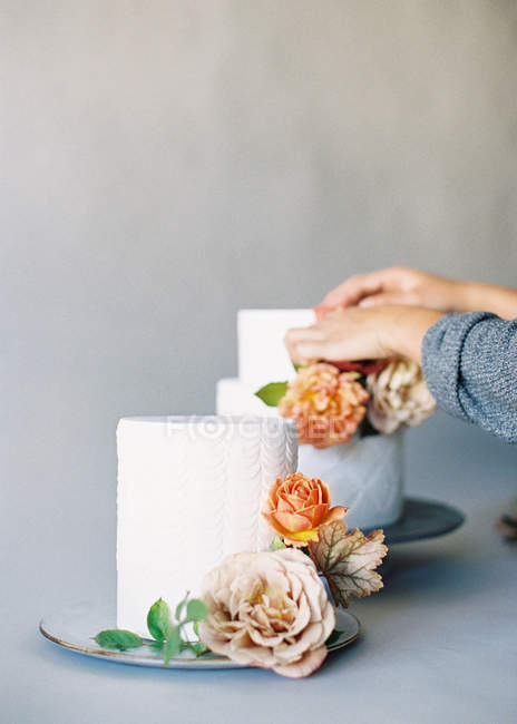 Woman decorating wedding cakes — Stock Photo