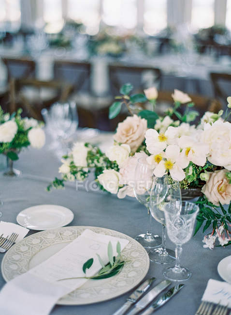 Весілля таблиць встановлення з квітами — стокове фото