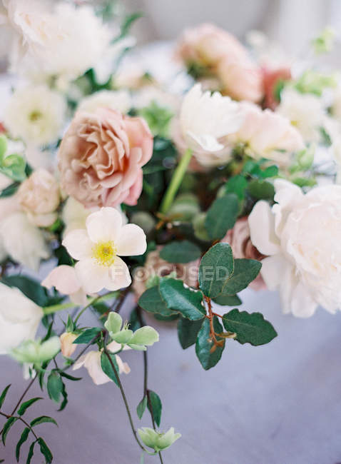 Bouquet of pink roses on table — Stock Photo