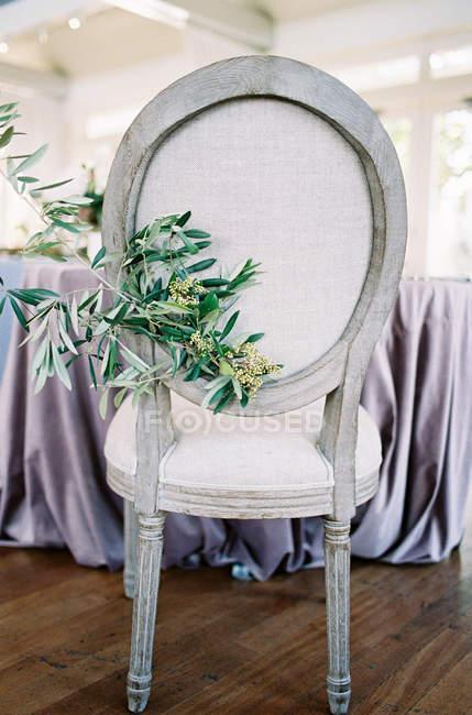 Chaise décorée avec branche — Photo de stock
