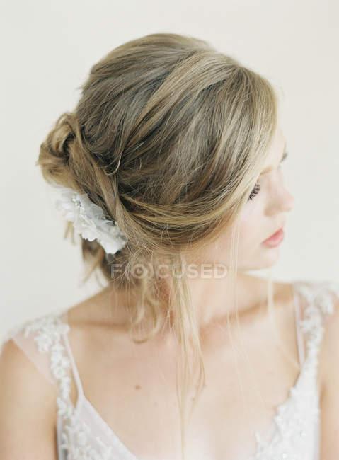 Woman in wedding dress looking aside — стоковое фото