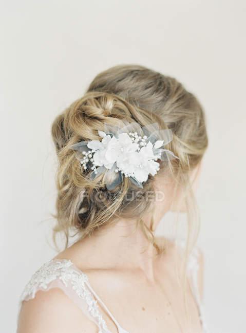 Женские волосы с нежный цветок украшения — стоковое фото