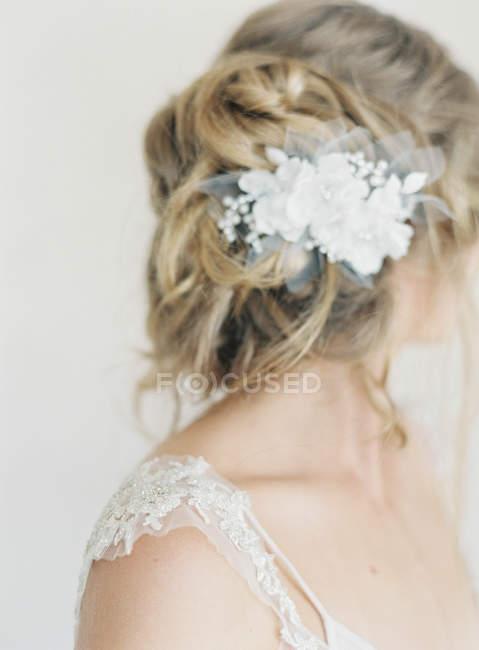Cabello femenino con delicada decoración de flores - foto de stock
