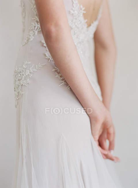 Femme en robe de mariée — Photo de stock
