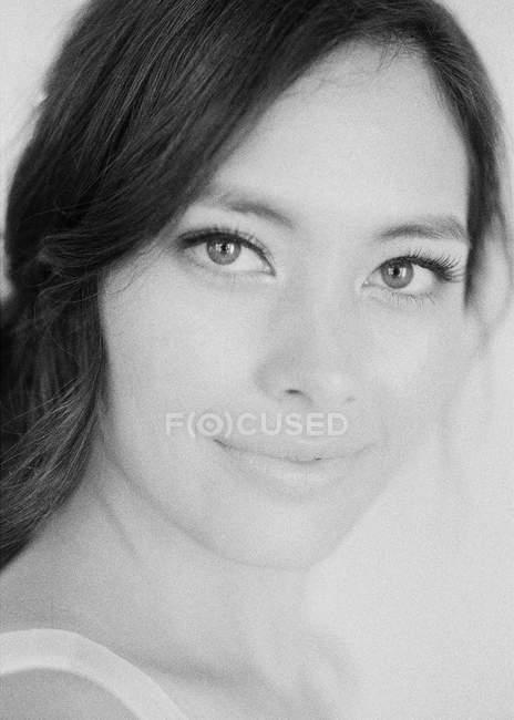 Женщина с косметикой, глядя на камеру — стоковое фото