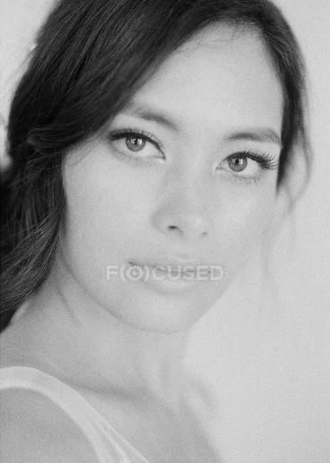 Frau mit Make-up blickt in Kamera — Stockfoto