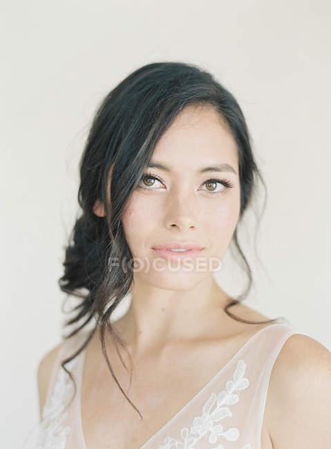 Mulher com maquiagem olhando para a câmera — Fotografia de Stock