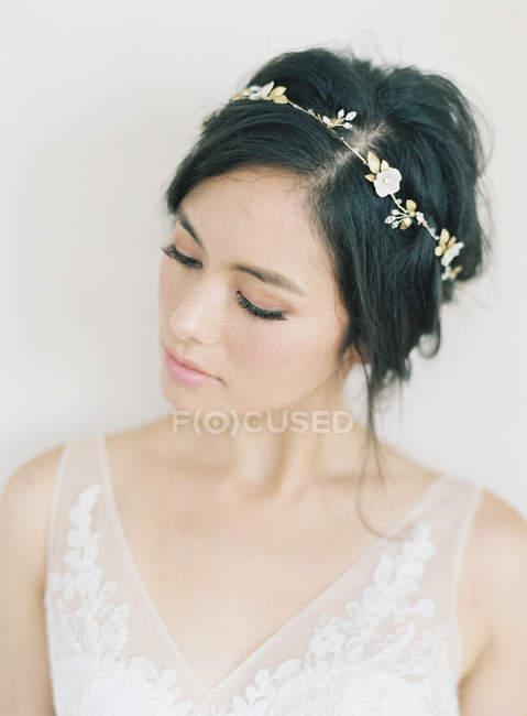 Женщина в свадебное платье и декоративный венок — стоковое фото