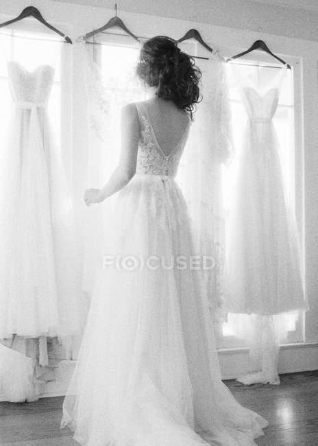 Noiva escolher vestidos de noiva — Fotografia de Stock