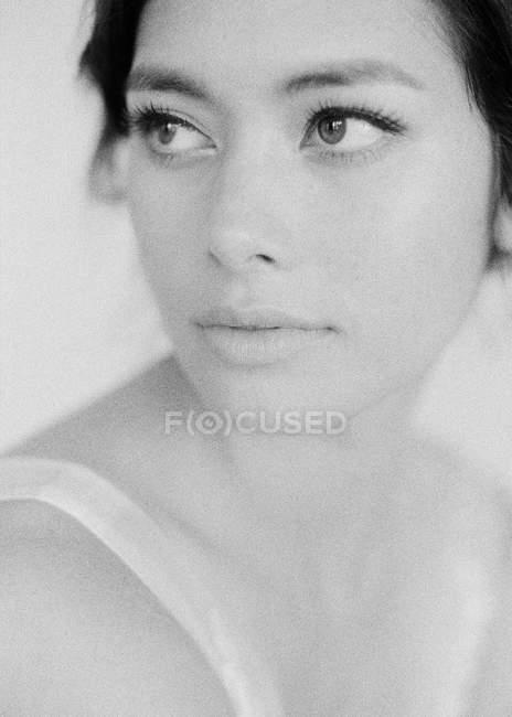 Mujer con maquillaje mirando lejos - foto de stock