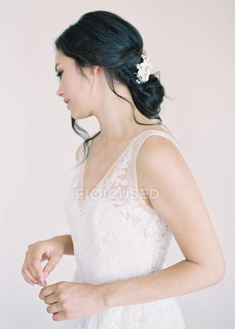Жінка в весільну сукню, що хтось дивитися вбік — стокове фото