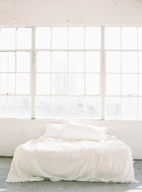 Arrugado hojas en cama - foto de stock