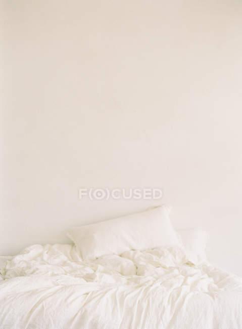 Пом'ятий листи на ліжку — стокове фото
