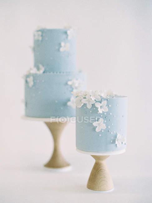 Tortas de boda con glaseado y decoración de flores - foto de stock