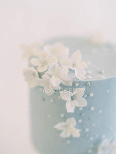Gâteau de mariage avec décoration florale — Photo de stock