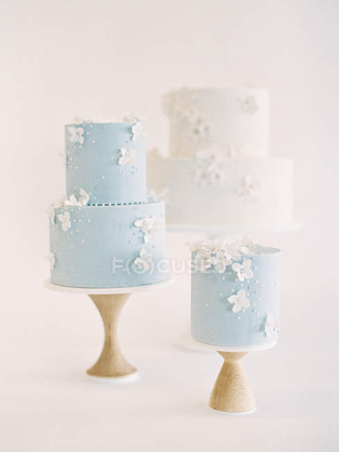 Wedding cakes with icing and flower decoration — Stock Photo