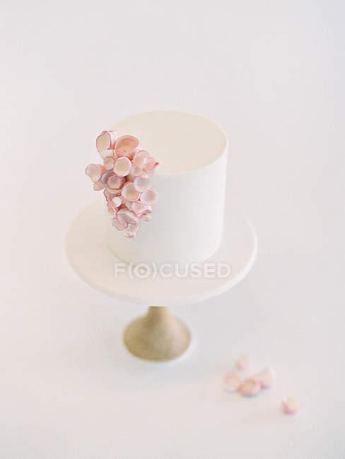 Pastel de boda con decoración floral - foto de stock