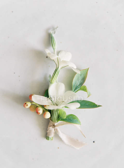Elegant wedding flowers with ribbon — Stock Photo