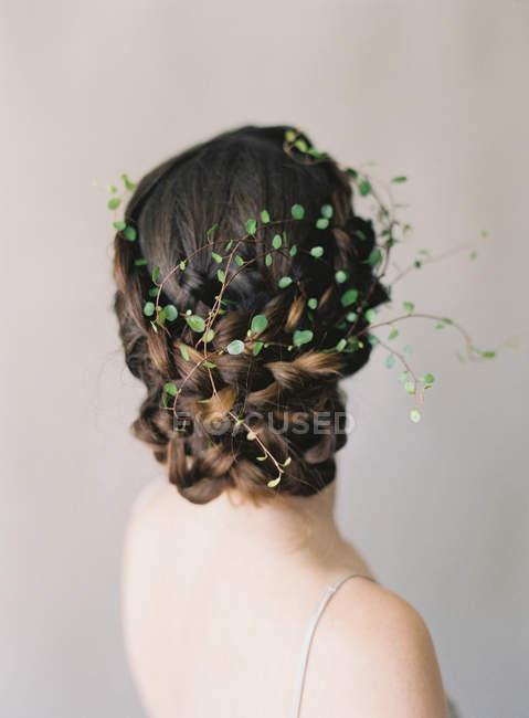 Жінка волосся з квітковими decoraction — стокове фото