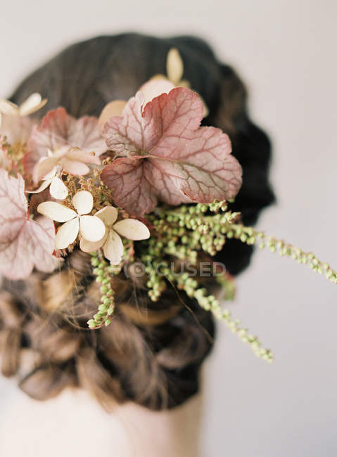 Woman hair with braids and weaven flowers — Stock Photo