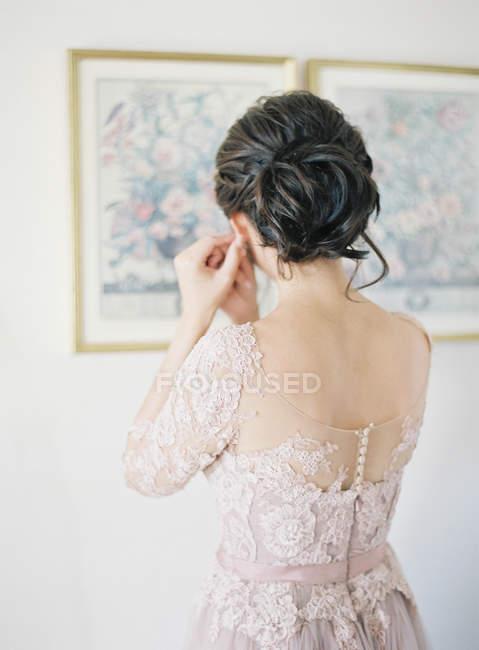 Sposa orecchini di fissaggio — Foto stock