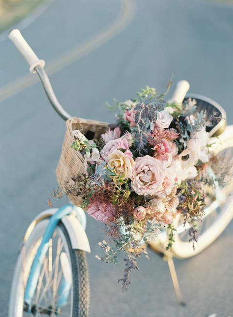 Bicycle decorated with flowers — Stock Photo