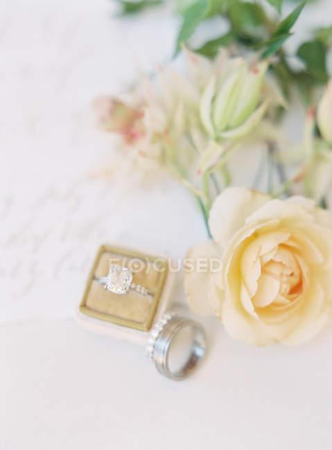 Элегантные свадебные кольца на столе — стоковое фото