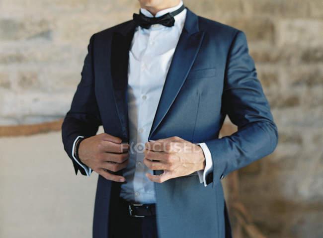 Man in tuxedo suit standing outdoor — Stock Photo