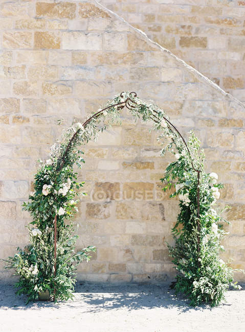 Arch decorated with flowers — Stock Photo