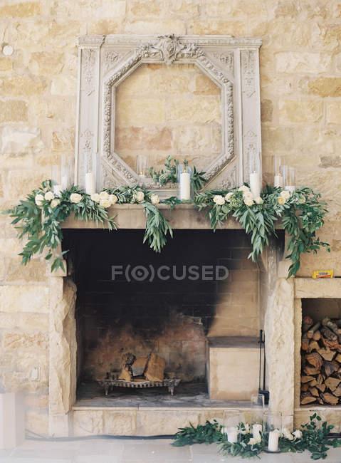 Камин, украшенный цветами — стоковое фото