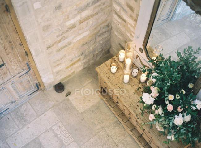 Vintage Kommode mit Blumen dekoriert — Stockfoto